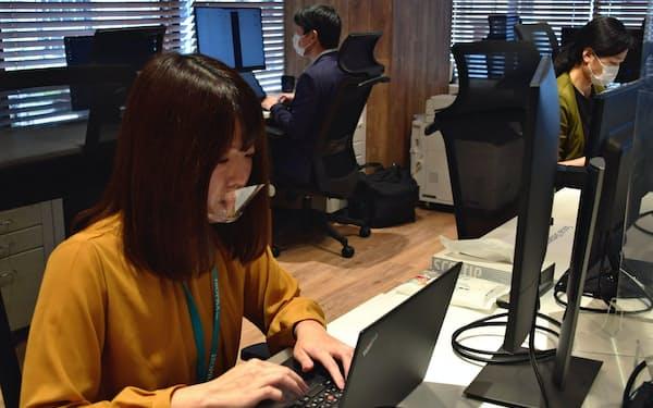 市地さん(左)は病院の事務職からITエンジニアに転身した(東京都千代田区のアイソプラ)