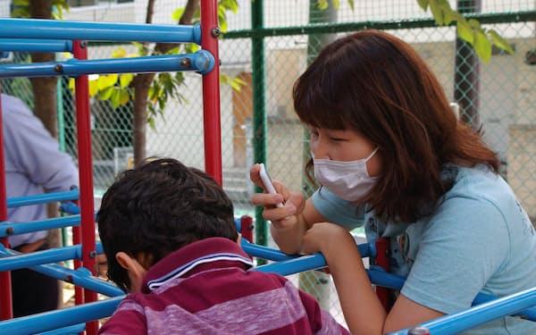 園児とのコミュニケーションに自動翻訳機が役立っている(東京都新宿区の区立落合第三幼稚園)