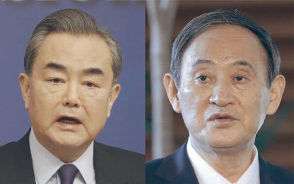 菅義偉首相(写真右)と中国の王毅(ワン・イー)国務委員兼外相(写真左)