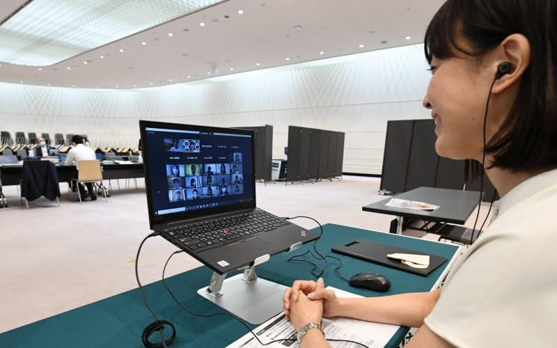 新型コロナウイルス対策のため、オンラインを利用し行われた三井住友海上火災保険の内定式(10月1日、東京都千代田区)