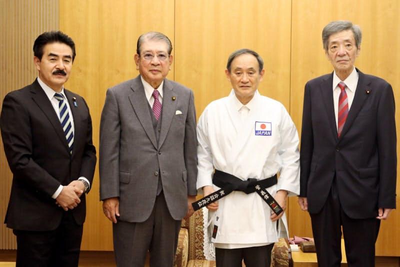 空手9段を授与された首相(右から2番目)=全日本空手道連盟のホームページから