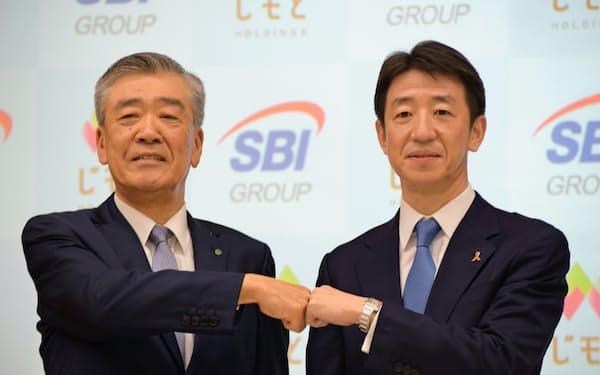 じもとホールディングスの鈴木隆会長(左)とSBIホールディングスの川島克哉副社長(20日、仙台市)