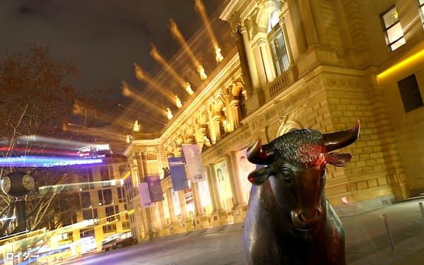 ドイツ取引所前にたたずむ牛の彫像(独フランクフルト)=ロイター