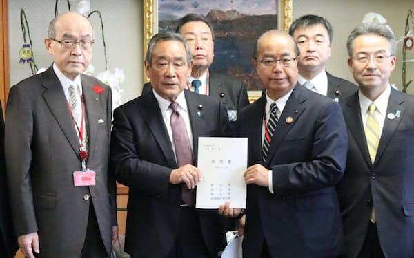 国交省の大西英男副大臣(左から2人目)に要望書を渡す北陸3県の知事ら