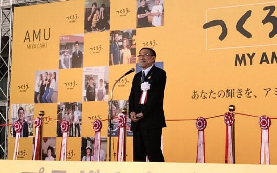 「アミュプラザみやざき」の開業式典であいさつする青柳俊彦JR九州社長(20日、宮崎市)