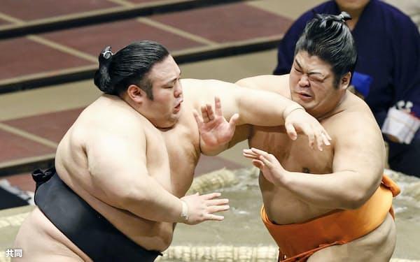 志摩ノ海(右)を攻める貴景勝。押し出しで下した(20日、両国国技館)=共同