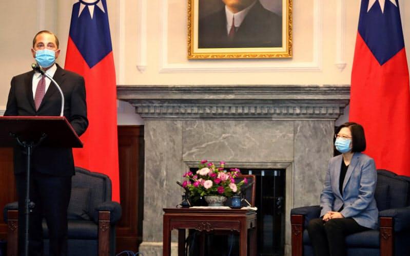 8月に台湾を訪れたアザー米厚生長官(左)と蔡英文(ツァイ・インウェン)総統=ロイター