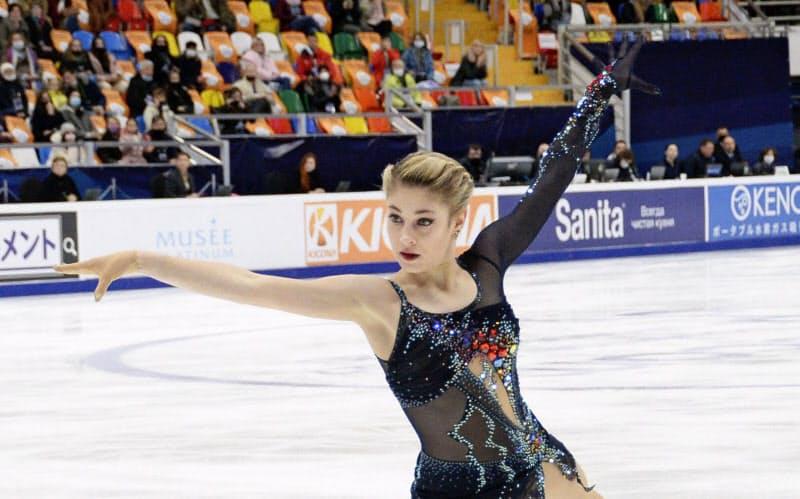 女子SPで首位に立ったロシアのアリョーナ・コストルナヤ(20日、モスクワ)=共同