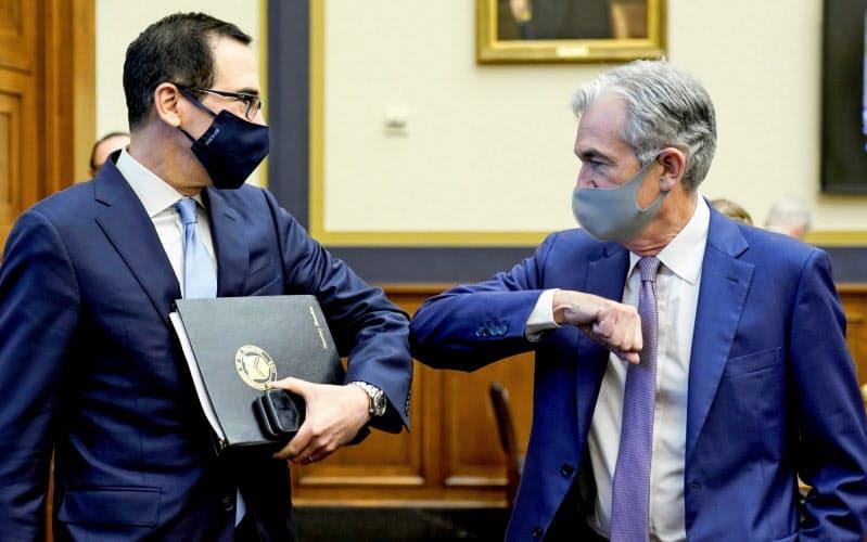 ムニューシン財務長官(左)とパウエルFRB議長(写真は9月)=ロイター