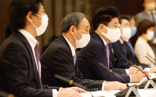 新型コロナウイルス感染症対策本部の会合で発言する菅首相(21日、首相官邸)
