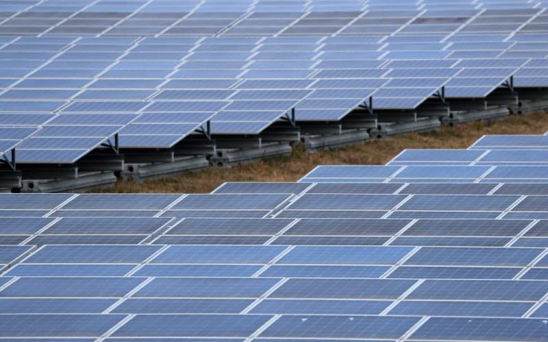 再生可能エネルギーで発電した電気をためて使う技術が欠かせない(太陽光発電所)