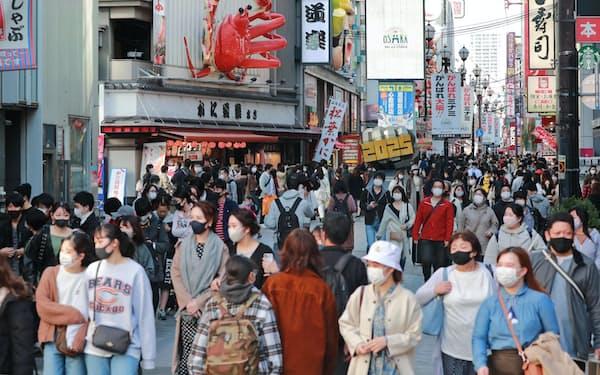 「Go To イート」事業の対象が4人以下になった21日、道頓堀の飲食店街を行き交う人たち(大阪市中央区)