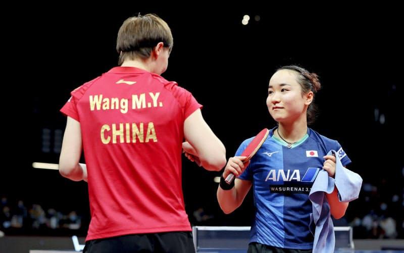 準決勝で王曼昱と対戦した伊藤美誠=右(21日、中国・鄭州)=ゲッティ共同
