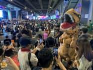 高校生を中心とする反体制グループは体制側を「恐竜」に例え、批判(21日、バンコク中心部を占拠したデモ隊)