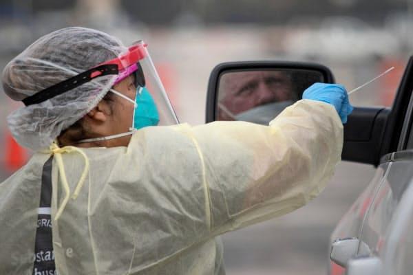 米国では新型コロナの感染拡大が加速している(テキサス州の検査場)=ロイター
