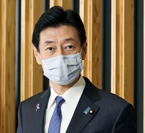記者の質問に答える西村経財相=22日午前、東京・永田町(共同)