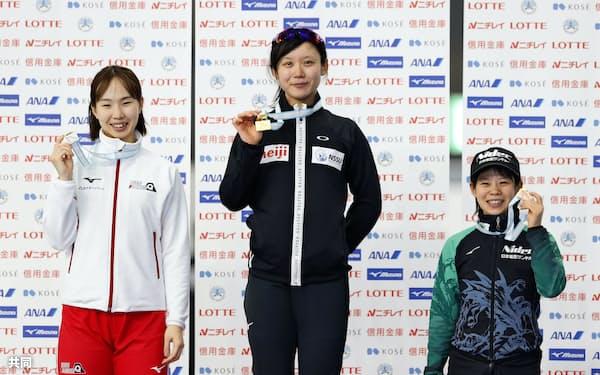 女子1500メートルの表彰式でメダルを手にする(左から)2位の押切美沙紀、優勝の高木美帆、3位の高木菜那(22日、YSアリーナ八戸)=共同