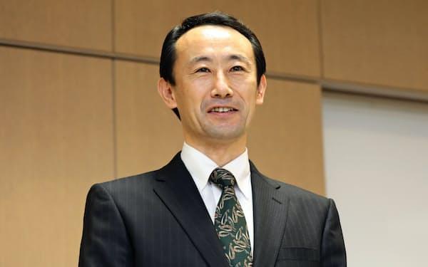 記者会見する江崎禎英氏(22日、岐阜市)