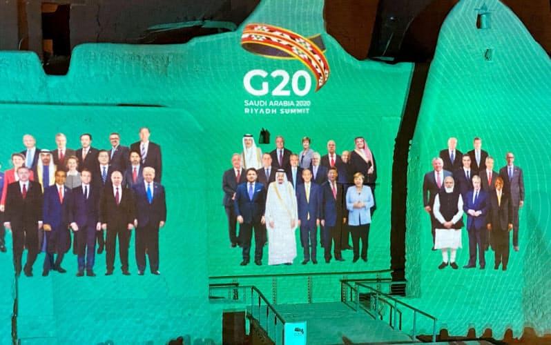 サウジアラビアの世界遺産の壁面に映し出されたG20各国・地域の首脳=ロイター