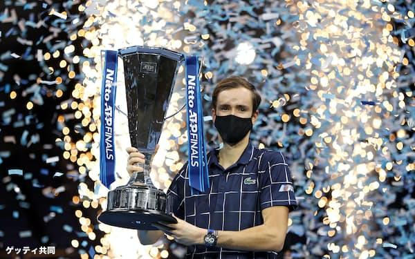 男子テニスのATPファイナルで初優勝し、トロフィーを持つダニル・メドベージェフ(22日、ロンドン)=ゲッティ共同