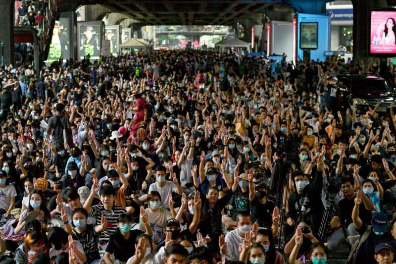 頻発する反体制デモは人が密集する(21日、バンコク)=ロイター