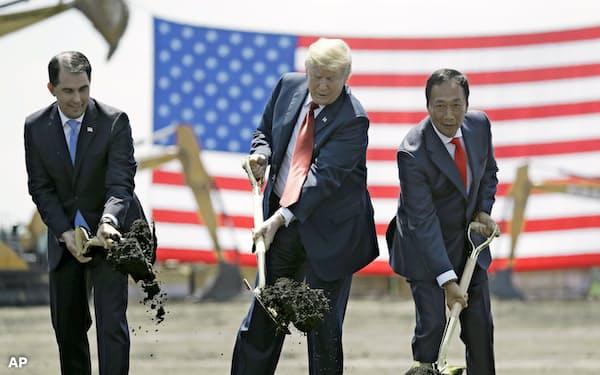 フォックスコン新工場の起工式に出席したトランプ米大統領(中)(2018年6月、米ウィスコンシン州)=AP