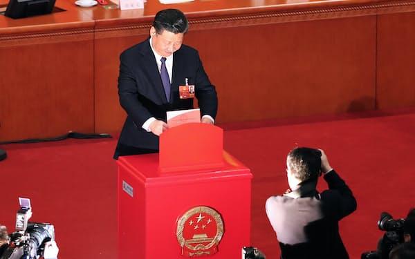 憲法改正案の投票をする習近平国家主席(2018年3月11日午後、北京の人民大会堂)=三村幸作撮影