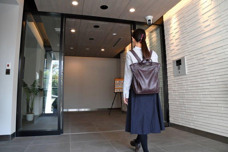 天井のカメラが入居者の顔を認識し、歩くだけで扉が開く
