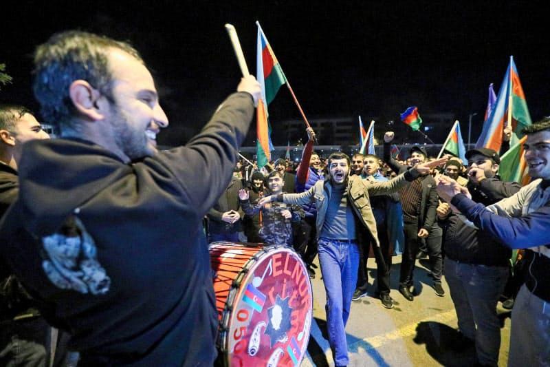 ナゴルノカラバフの戦闘停止の共同声明を喜ぶアゼルバイジャン・ミンゲチャウルの住民ら(10日)=タス・共同