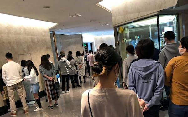 連休中の朝食ビュッフェ会場前には距離を保ちつつ多くの宿泊客が並んだ(23日、ホテルニューオータニ幕張)