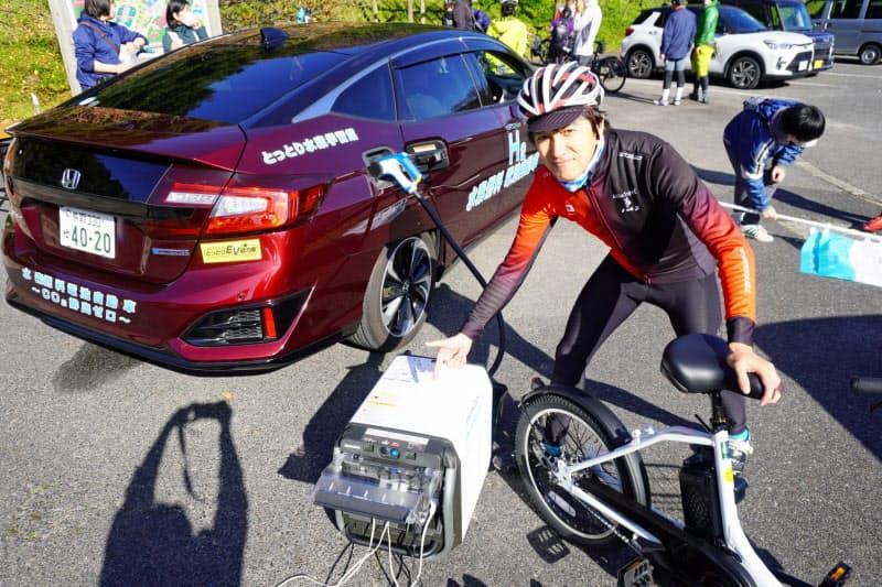 FCVを活用した電動アシスト自転車のテストも行った(写真はアーチ・ヒーロー北海道の高橋社長)
