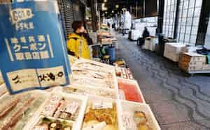 人通りが少ない札幌市の二条市場。「Go To トラベル」の対象から一時除外されることが発表された(24日)=共同