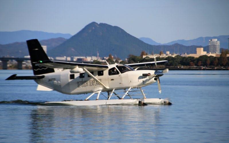 大津市による実証飛行で琵琶湖に着水した水上飛行機(24日、大津市)