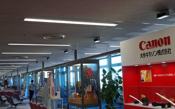 エアロシールドの紫外線照射による殺菌装置は搭乗待合室の天井などに設置した(21日、大分空港)