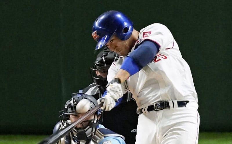 ホンダ―大阪ガス 3回表ホンダ1死一、三塁、佐藤が3ランを放つ(24日、東京ドーム)=共同