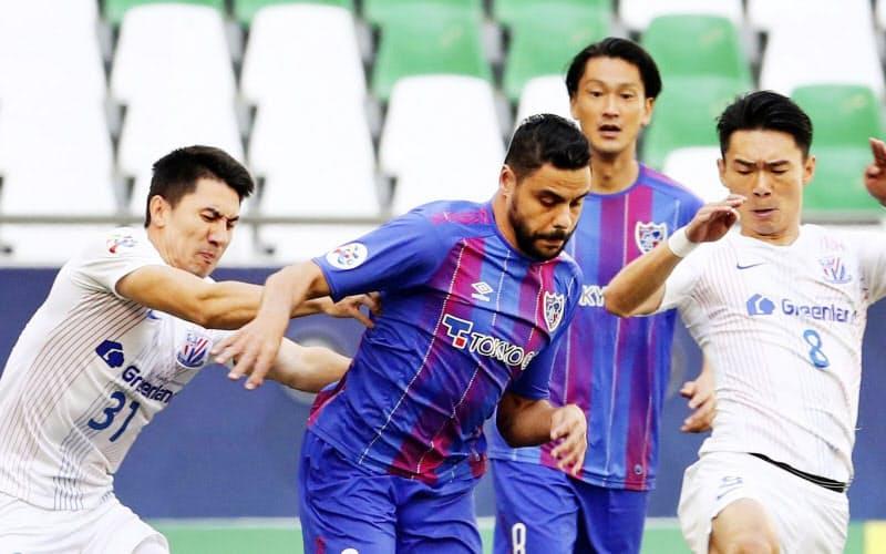 FC東京―上海申花 前半、攻め込むFC東京・ディエゴオリベイラ=左から2人目(カタール・アルラヤン)=ロイター