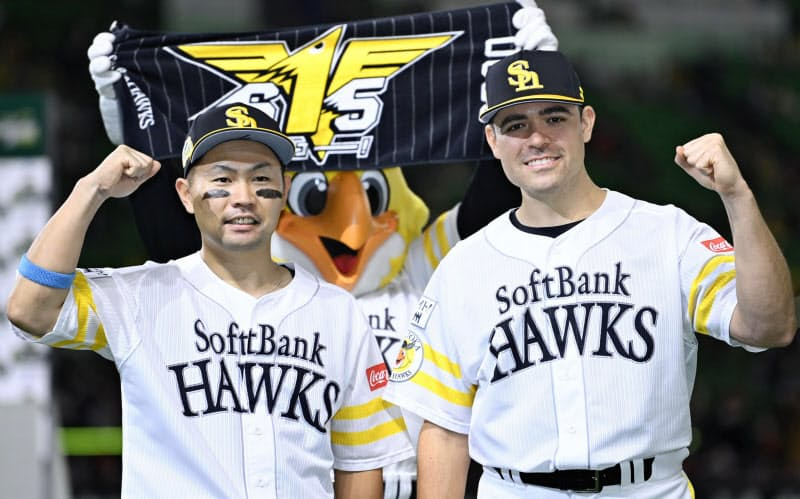 巨人に3連勝で日本一に王手をかけ、笑顔でポーズをとるソフトバンクの中村晃(左)とムーア(24日、ペイペイドーム)=共同