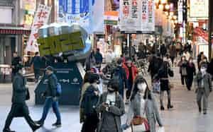 多くの人が行き交う大阪・道頓堀(24日、大阪市中央区)