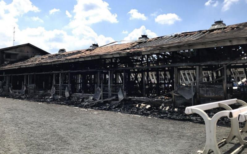 火災では厩舎の西側半分が焼け落ち、競走馬5頭が犠牲となった=JRA提供