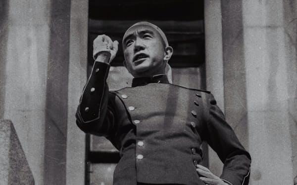自殺前にバルコニーで演説する三島由紀夫(1970年11月25日、東京都新宿区の陸自市ケ谷駐屯地)