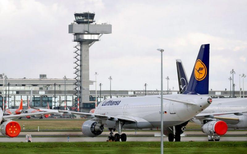 21年の航空需要は回復するもののコロナ前の水準は遠い(写真はベルリン・ブランデンブルク空港に駐機するルフトハンザ航空機)=ロイター