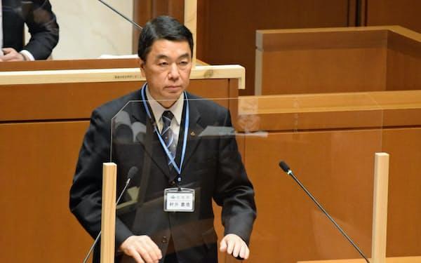 宮城県議会の本会議に臨む村井嘉浩知事(25日、県議会)