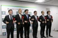 記念撮影に応じる中国銀の加藤頭取(右から3人目)ら(25日、岡山市)