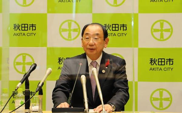 行政手続きのデジタル化を進めると発表する秋田市の穂積志市長(25日、秋田市役所)