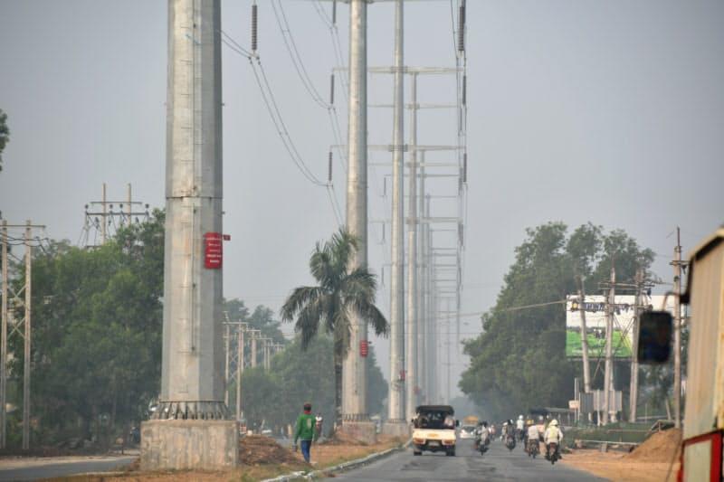 ミャンマーでは工業化や都市化で電力需要が増す(ヤンゴンの送電線)