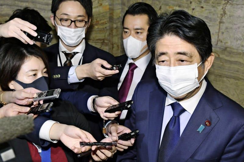 秘書らが東京地検特捜部の聴取を受けたことに関し、記者の質問に答える安倍前首相=共同