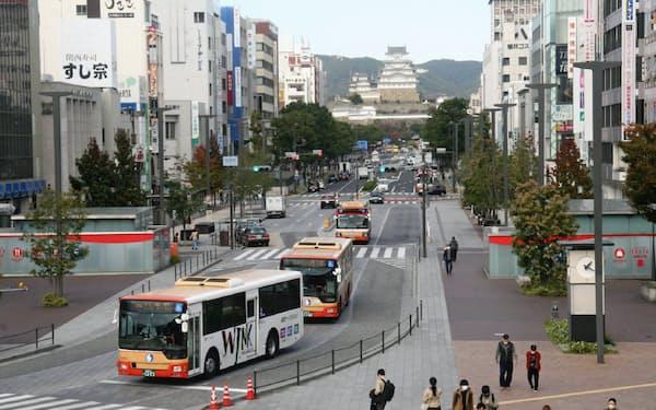 JR姫路駅前の大手前通り。車道を片道1車線にして歩道を広げ、トランジットモール化した(キャッスルビューより)