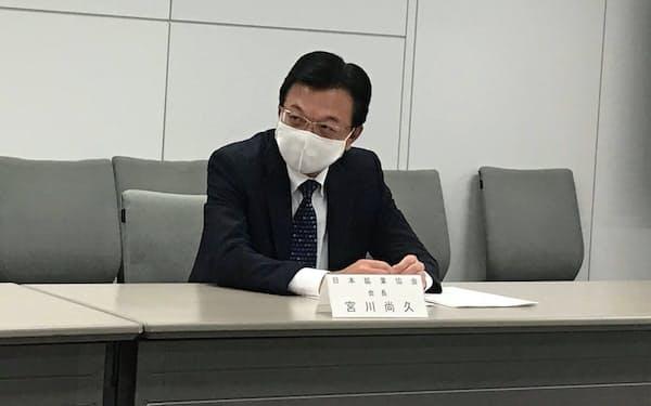 記者会見する日本鉱業協会の宮川会長(25日、東京都千代田区)