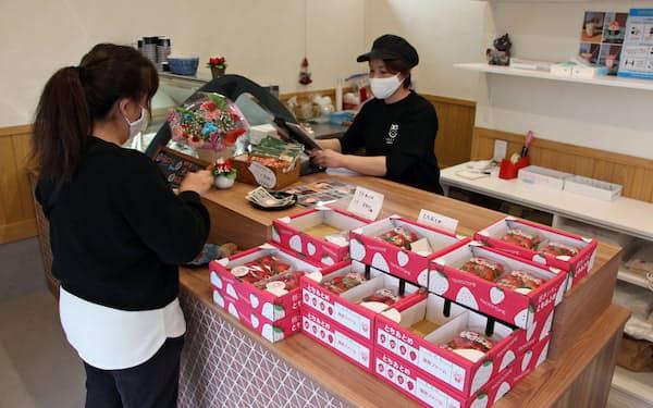 篠原ファームは直売所で新品種のとちあいかも販売している(栃木県小山市)