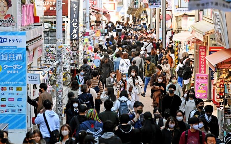 3連休の初日、東京・原宿の竹下通りをマスク姿で歩く人たち(21日)